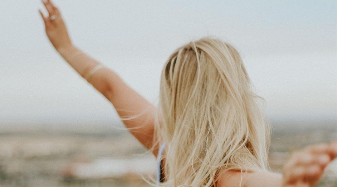 Frau fühlt sich frei nach Neurofeedback + Mentaltraining > Trainiere Dein Gehirn #SMART