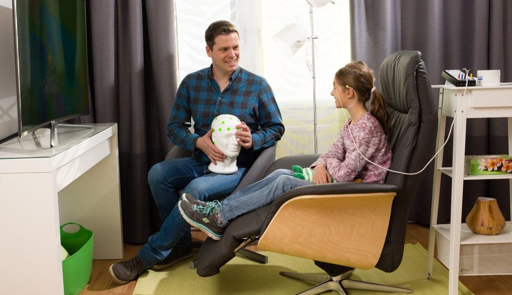 Neurofeedback Sitzung mit jungen Mädchen bei NeuroLife > Trainier Dein Gehirn #SMART
