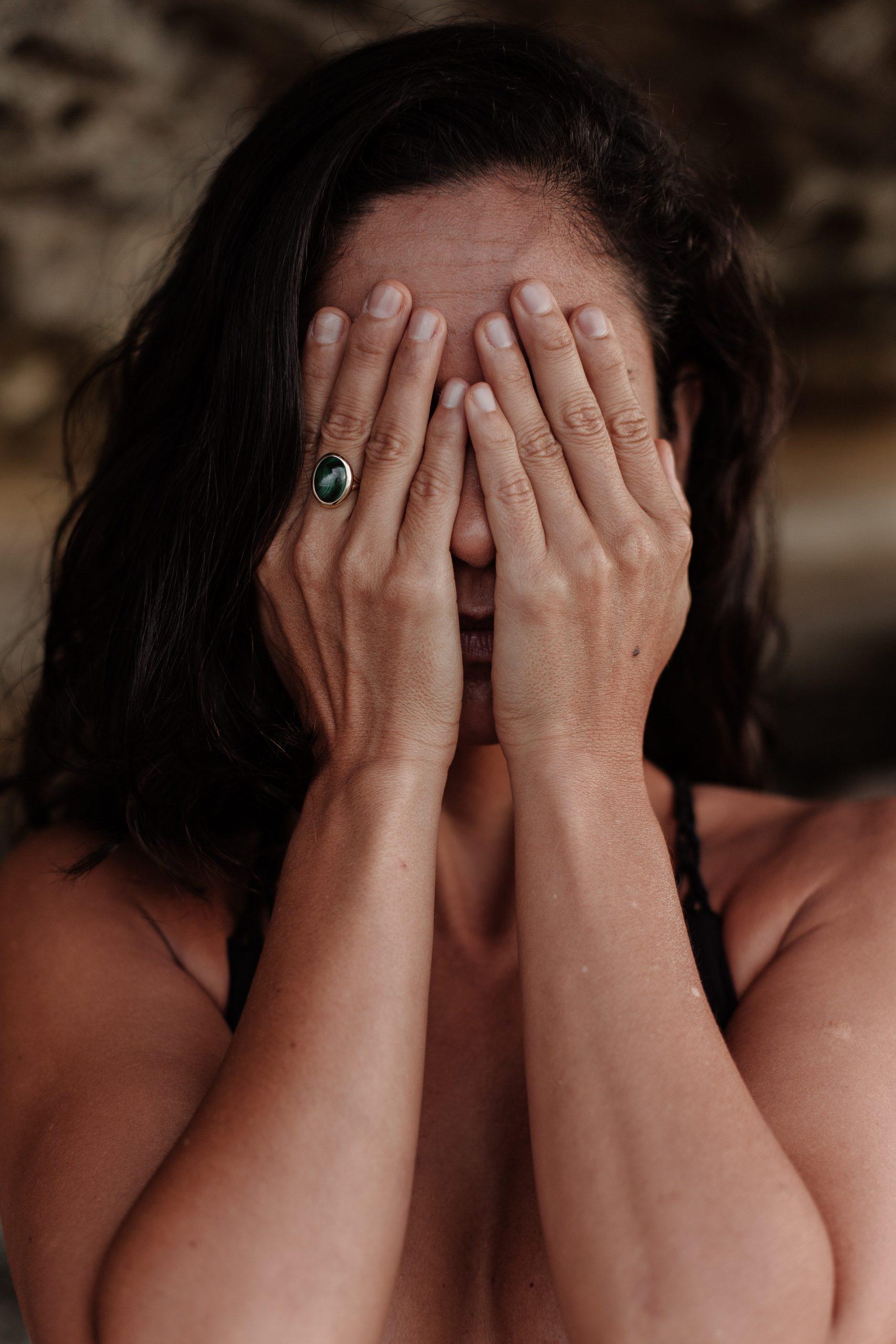Angst - Frau verschließt die Augen
